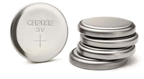 Jedna baterie velikosti knoflíku s nápisem CR2032 3V + a vedle ní na ležato na sobě naskládané 4 další baterie typu CR2032