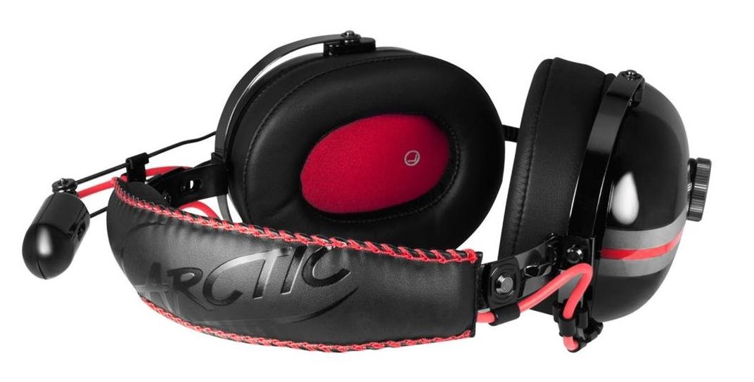 Na obrázku jsou černá sluchátka s červeným lemem a prošíváním od firmy Arctic